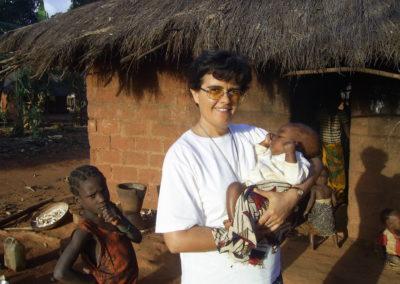 Mozambique - Sr Augusta portant un bébé du Centre de nutrition.