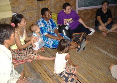 Philippines - Sr Joséphine accueillie dans une maison des Badjao.