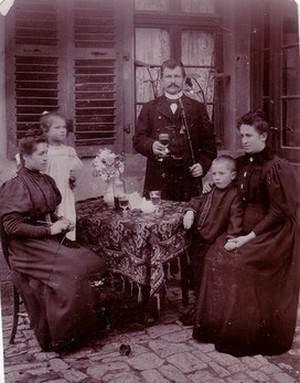 Eugenie Caps en famille.